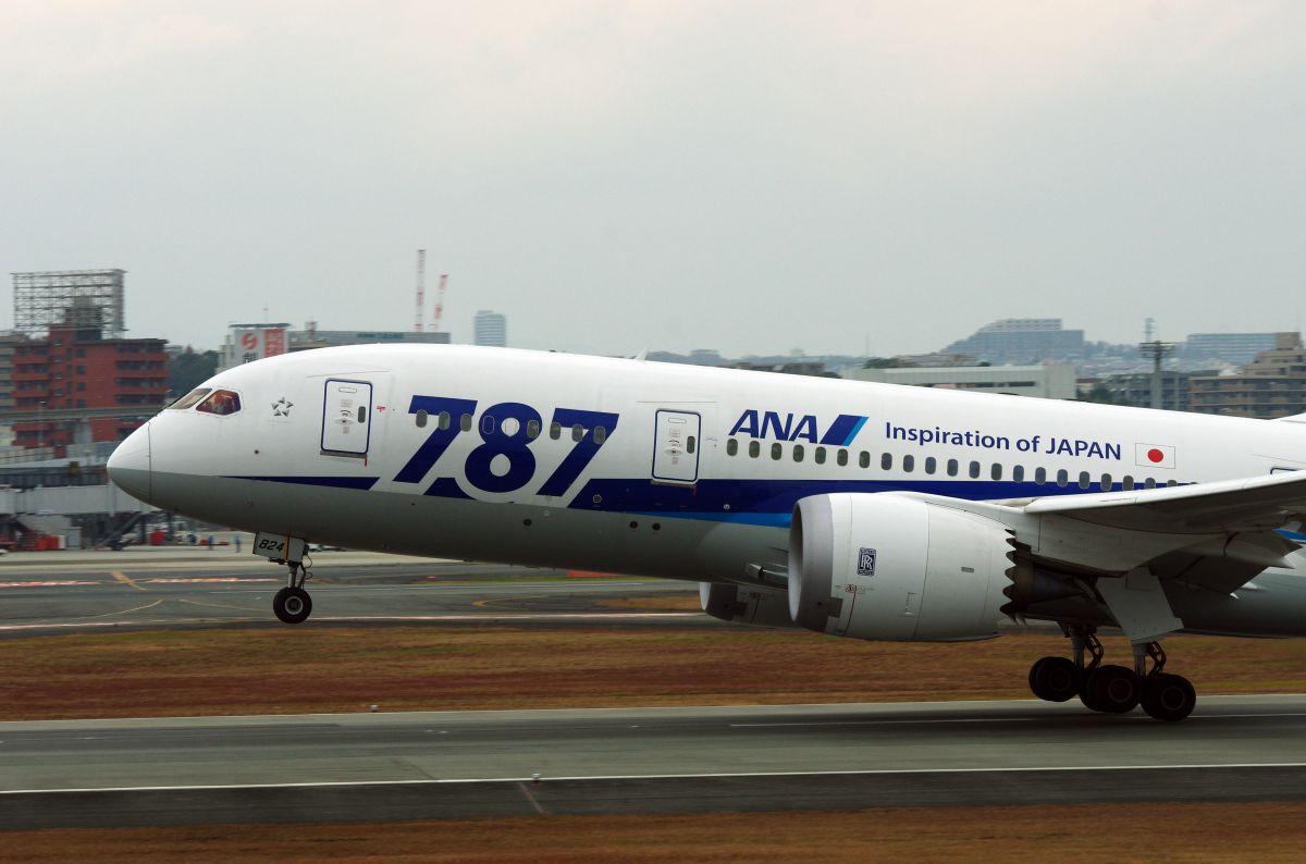 B787 take off!(エンジン部のロールス・ロイスのロゴマークに